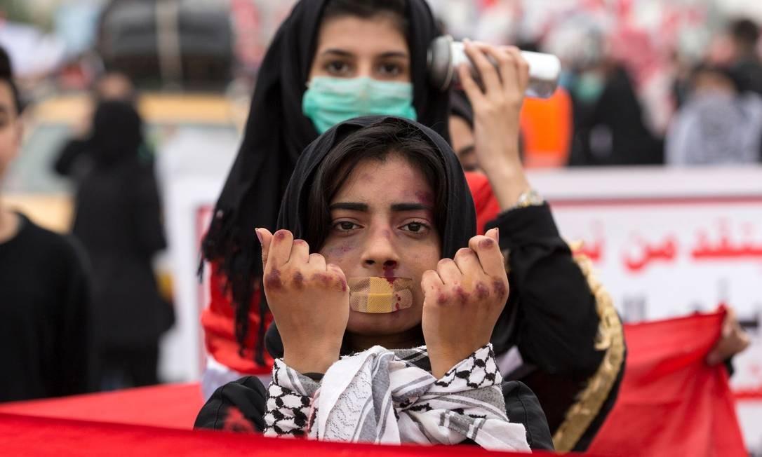 Iraquianas denunciam violência do governo na atuação em protestos na cidade de Basra, no sul do país. Os partidos rivais do Iraque estavam negociando os contornos de um novo governo hoje, depois de o gabinete anterior ser derrubado por dois meses de manifestações Foto: Hussein Faleh / AFP