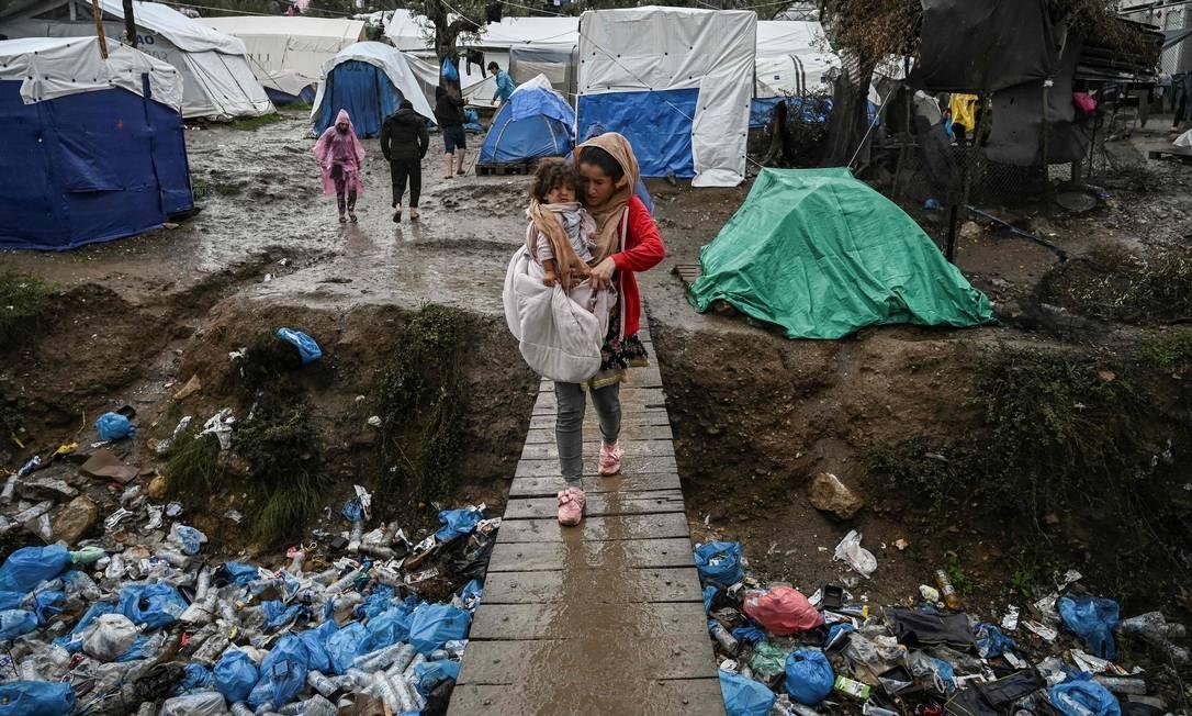 O lixo se acumula em valas improvisadas pelos refugiados Foto: Aris Messinis / AFP
