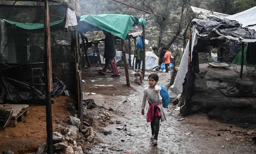A situação é tão grave, que, segundo a organização humanitária Médicos Sem Fronteiras (MSF), até crianças tentam suicídio Foto: Aris Messinis / AFP