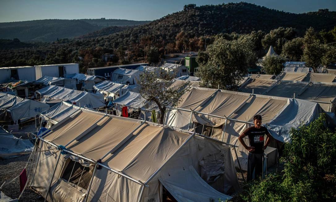Os três campos a serem fechados, nas ilhas de Lesbos , Chios e Samos, atualmente abrigam mais de 27 mil pessoas em condições sub-humanas são alvo de críticas por parte de grupos de direitos humanos e pelo Conselho da Europa. Juntos, eles têm uma capacidade nominal de apenas 4.500 Foto: Angelos Tzortzinis / AFP