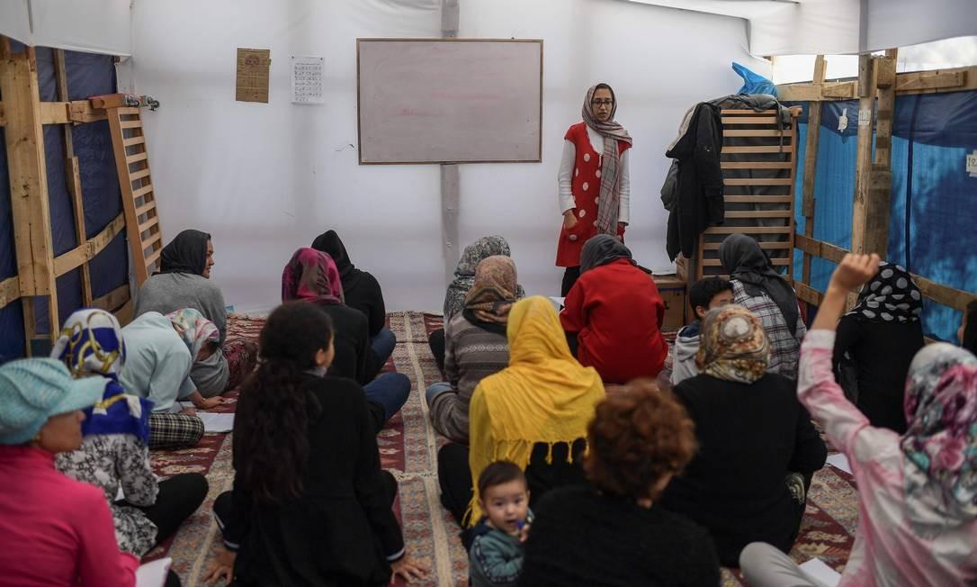 Sala de aula montada para lecionar inglês e grego para assentados de Lesbos Foto: Aris Messinis / AFP