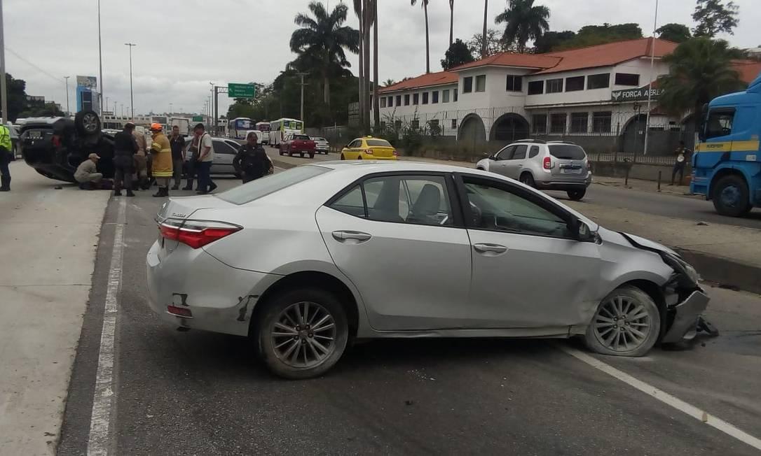 Após batida, um dos carros capotou na pista Foto: Reprodução Twitter/@radardabrasil