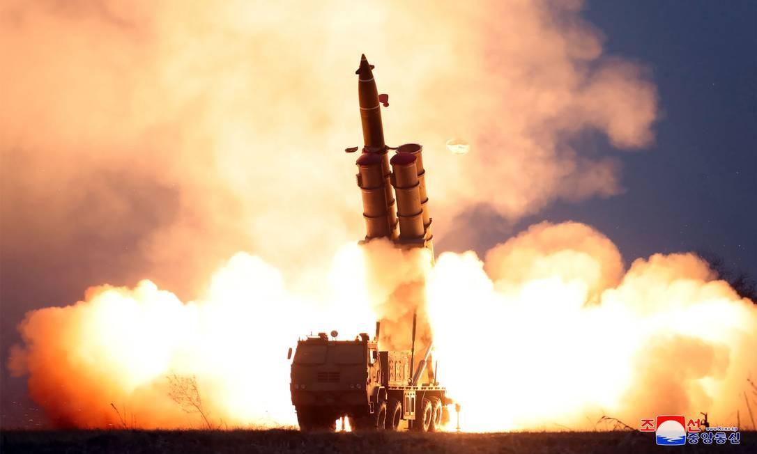Fotografia divulgada pela agência oficial da Coreia do Norte, KCNA, mostra teste de sistema de lançamento de foguetes Foto: KCNA / AFP