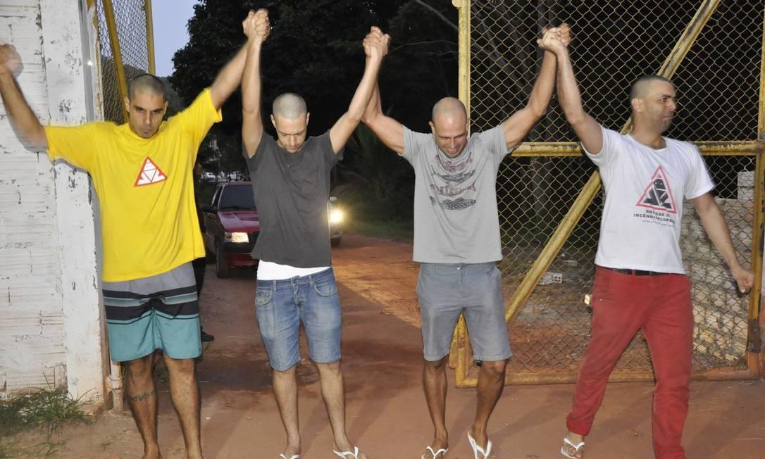 Os quatro brigadistas de Alter do Chão, no dia em que foram libertados da prisão preventiva, em Santarém Foto: Sílvia Vieira / Agência O Globo