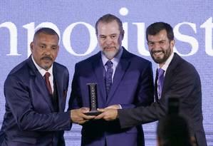 Ministro Dias Toffoli entrega o prêmio a representantes do Tribunal de Justiça de São Paulo Foto: Jorge William / Agência O Globo