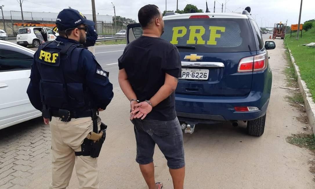 Homem apresentou documento falso durante a abordagem Foto: Divulgação/PRF