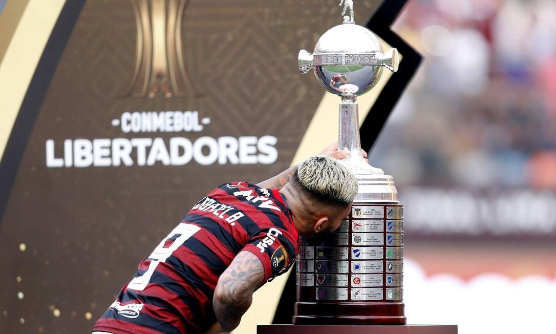 Gabigol beija a taça da Libertadores Foto: LUKA GONZALES / AFP