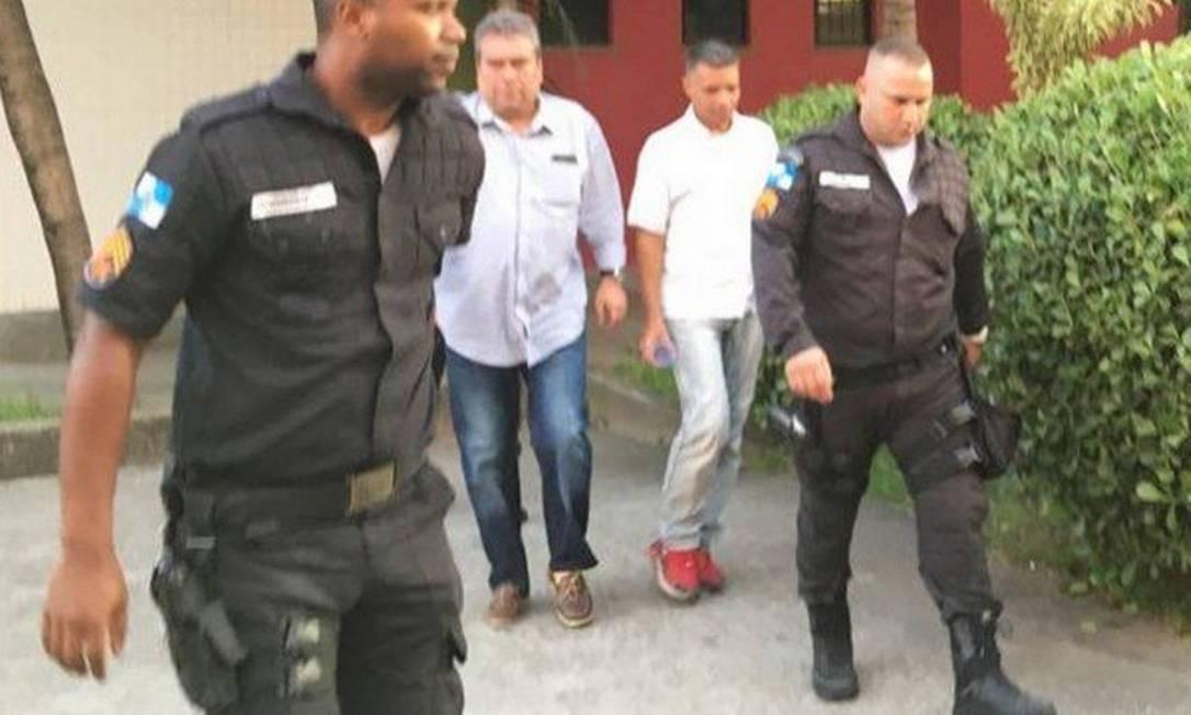 Daniel Deglmann (de camisa branca) após sair da audiência no Forúm de Duque de Caxias Foto: Rafael Nascimento de Souza