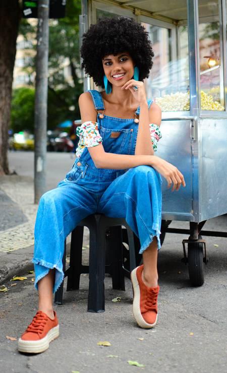 Descontração total. Macacão jeans, R$ 499,90, e top, R$ 149, Damyller (damyller.com.br); sapatos de lona Renner, R$ 109,90; e brincos Fiszpan (fiszpan.com.br), R$ 126 Foto: Filipe Dahrlan