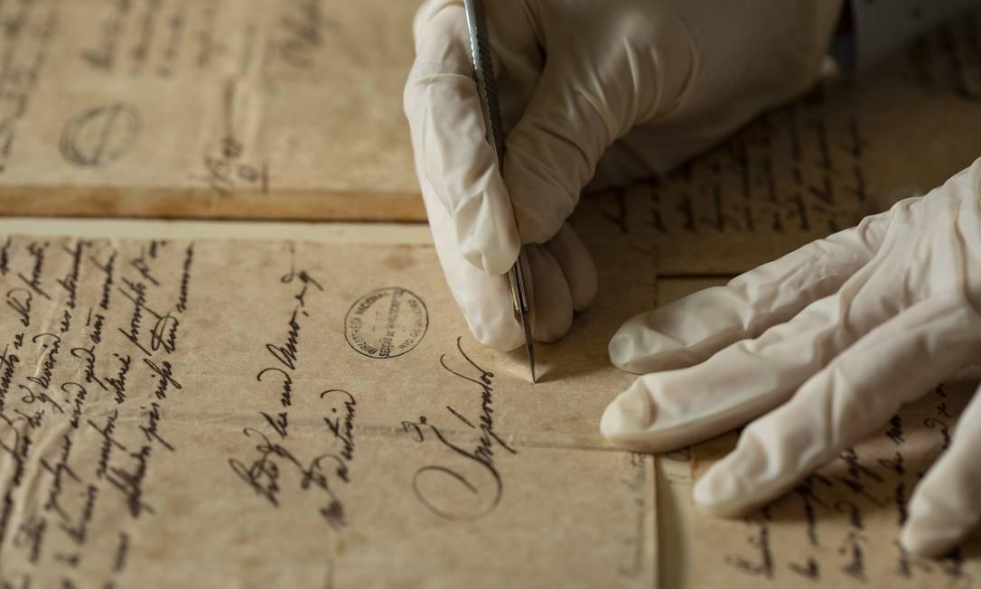 Setor de conservação de livros e documentos Foto: Ana Branco / Agência O Globo