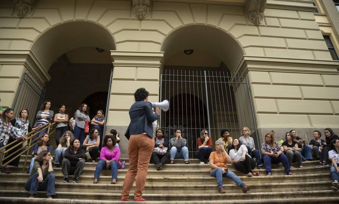 Assembleia de funcionários em frente à sede da Biblioteca Nacional, no Centro Foto: Gabriel Monteiro / Agência O Globo