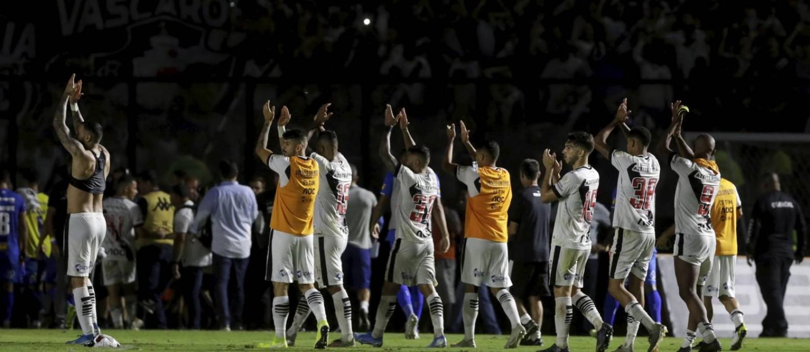 Jogadores do Vasco aplaudem a torcida depois do jogo contra o Cruzeiro Foto: MARCELO THEOBALD / Agência O Globo