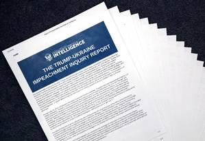 Imagem do relatório impresso do inquérito de impeachment de Trump da Comissão de Inteligência da Câmara dos EUA: republicanos têm visões divergentes para os fatos Foto: CHIP SOMODEVILLA/AFP
