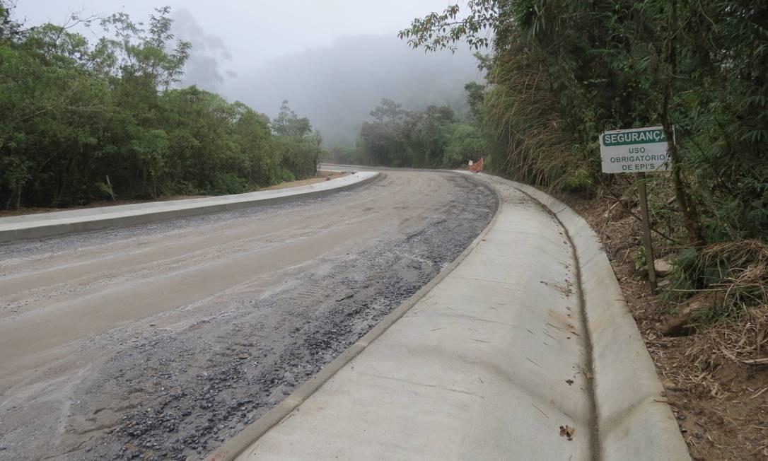 Estrada Parque Paraty-Cunha: empresária foi libertada na beira da via. Homem que passava pelo local a socorreu Foto: Paulo Roberto Araújo