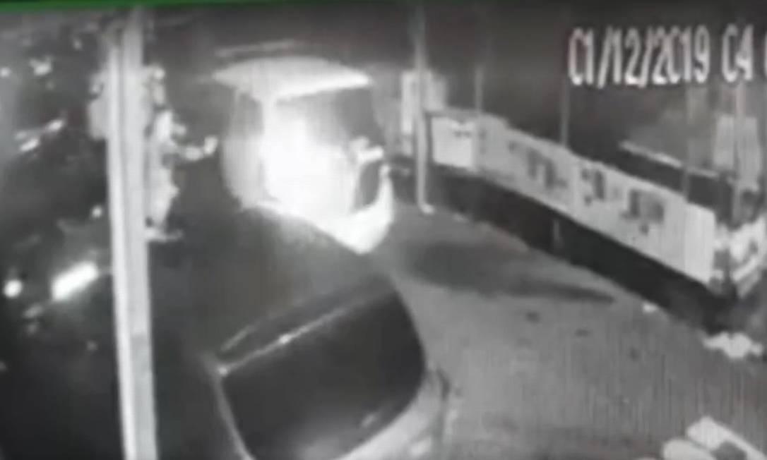 Registro. Imagens obtidas pela TV Globo mostram policial atirando bomba de efeito moral em rua próxima a baile funk Foto: Reprodução / TV Globo