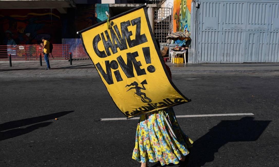 Solitário apoiador presidente venezuelano Nicolas Maduro durante uma marcha contra o Tratado Interamericano de Assistência Recíproca (TIAR) em Caracas. Os Estados Unidos invocaram em setembro passado legitimar interferência mais forte à Venezuela Foto: Yuri Cortez / AFP