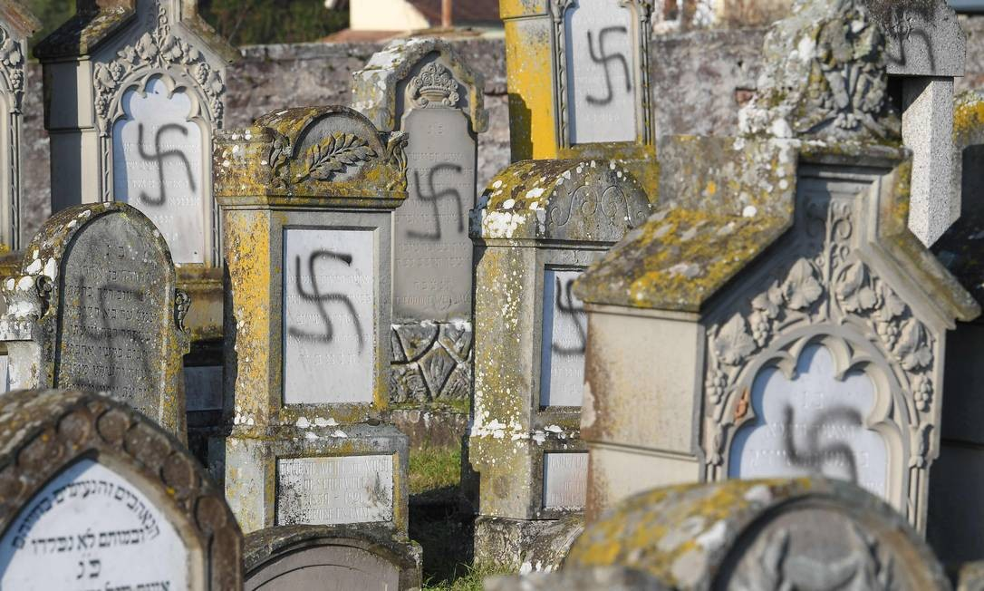 O cemitério judeu de Westhoffen, perto de Estrasburgo, leste da França, amanheceu com sepulturas 107 sepulturas vandalizadas com suásticas e inscrições anti-semitas Foto: Patrick Hertzog / AFP
