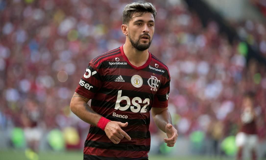 Arrascaeta com a camisa tradicional do Flamengo com os atuais patrocinadores Foto: Marcelo Cortes/Flamengo/Divulgação