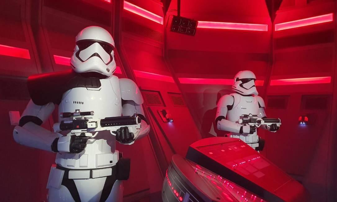 Stormtroopers na entrada para o simulador Star Wars: Rise of the Resistance Foto: Marcelo Balbio / O Globo