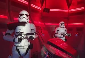 Stormtroopers na entrada para o simulador Star Wars: Rise of Resistance, novidade na área dedicada à saga no Walt Disney World, em Orlando Foto: Marcelo Balbio / O Globo