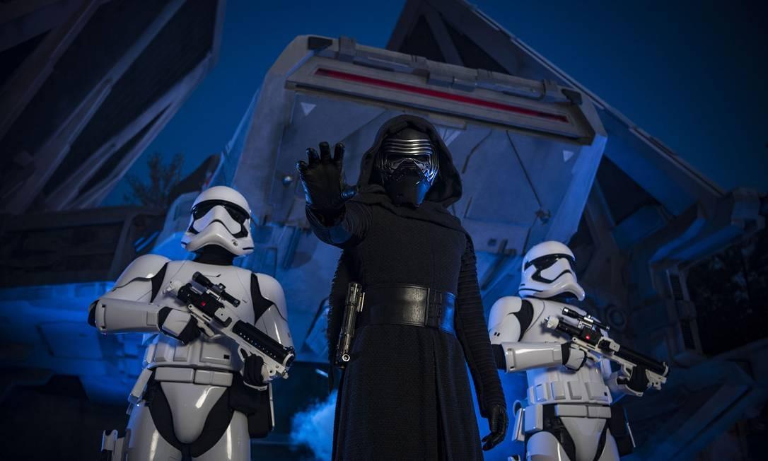 O vilão da trilogia atual, Kylo Ren, é um dos personagens que os visitantes podem encontrar na área Star Wars: Galay's Edge Foto: Matt Stroshane / Disney Parks