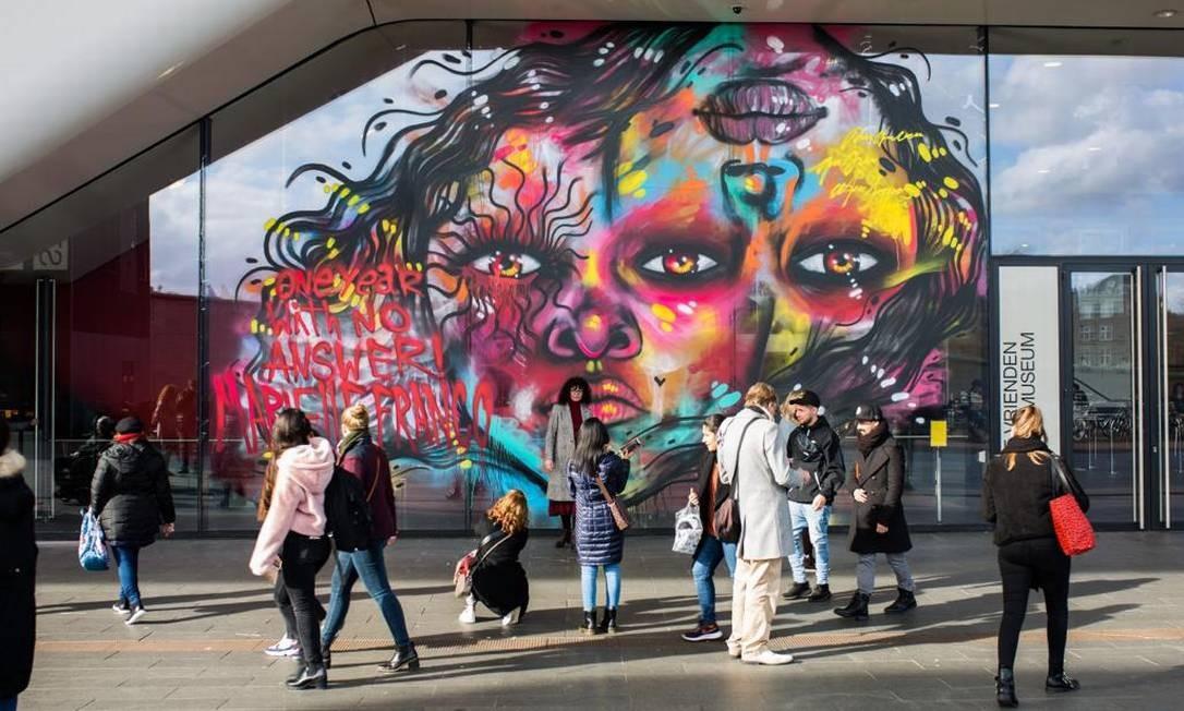 Mural 'Together we are strong', no Stedelijk Museum, em Amsterdam Foto: Arquivo pessoal / Claire Bonjer