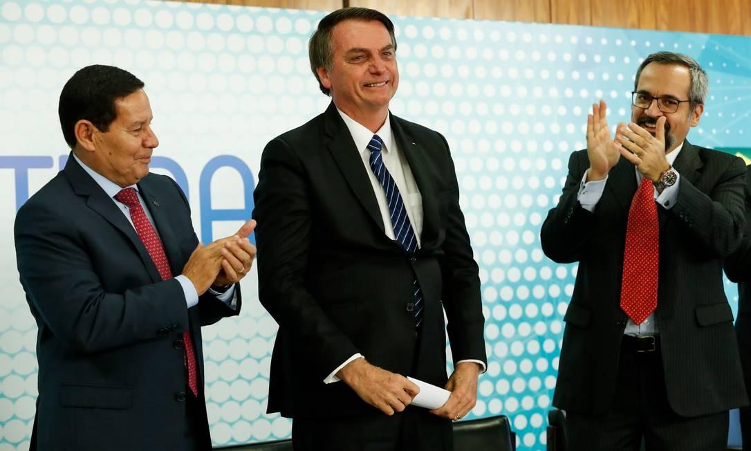 O presidente Jair Bolsonário ao lado do vice Hamilton Mourão (à esquerda) e do ministro da Educação ( à direita) Foto: Alan Santos/Presidência