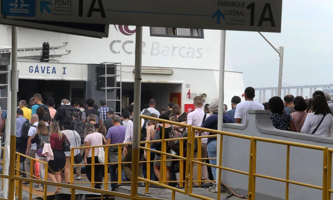 Passageiro embarcam na Estação Arariboia Foto: Guilherme Pinto / Agência O Globo