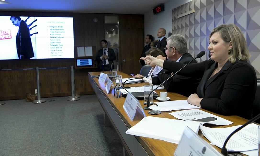 Levantamento apresentado pela deputada aponta que, somadas, redes de Eduardo e Jair são seguidas por quase dois milhões de robôs Foto: Geraldo Magela / Agência Senado