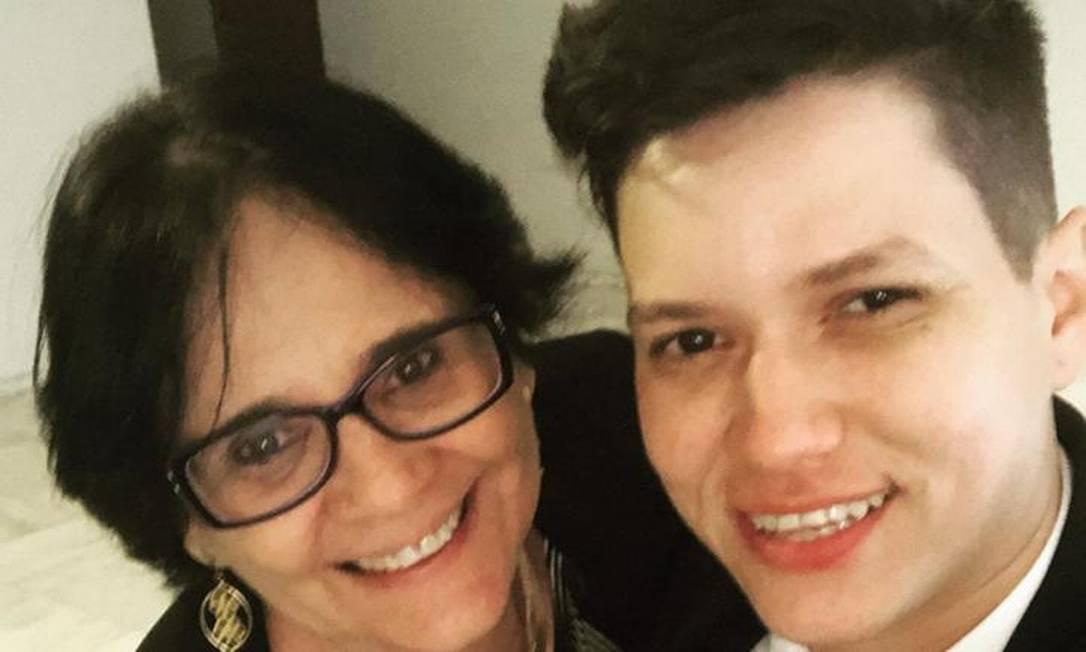 Na foto, Karol posa com a ministra Damares Alves Foto: Reprodução