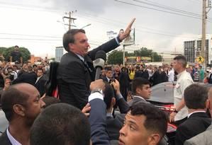 Bolsonaro acena a populares em Brasília Foto: Jussara Soares
