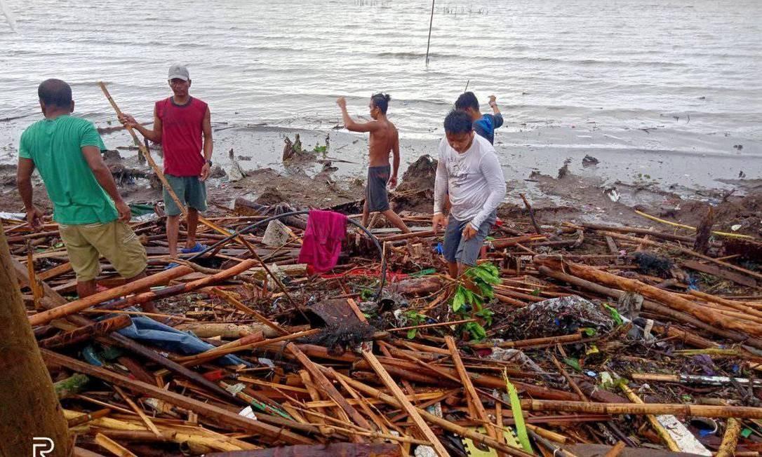 População busca destroços em causas destruídas após passagem do tufão Kammuri por província das Filipinas Foto: JINKY ANONUEVO SESBRENO/REUTERS