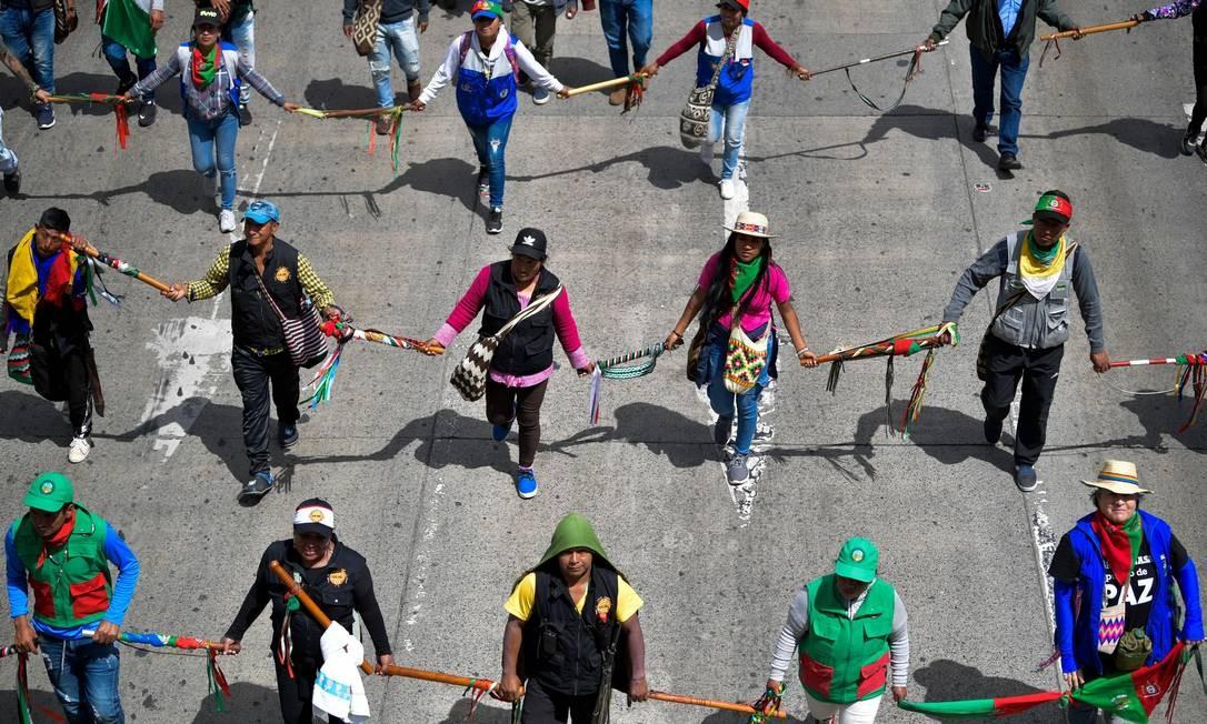 Povos indígenas e estudantes participam de um protesto contra o governo do presidente colombiano, Iván Duque, em Bogotá Foto: RAUL ARBOLEDA / AFP