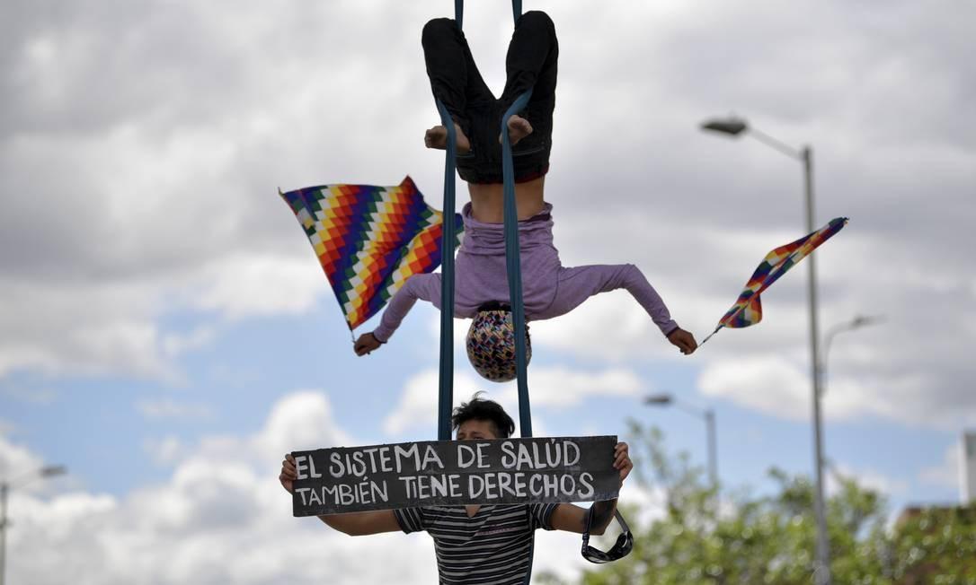 Manifestantes protestam durante uma marcha contra o governo colombiano; líderes do movimento se mantêm em diálogo com o governo para buscar um acordo para encerrar as manifestações Foto: RAUL ARBOLEDA / AFP
