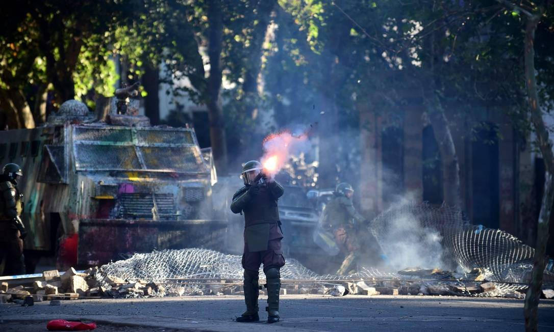 Tropa de choque da polícia chilena atira contra manifestantes durante protesto contra o governo em Santiago Foto: JOHAN ORDONEZ / AFP/29-11-2019