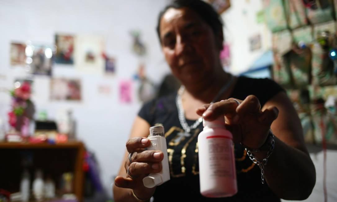 A chilena Alejandria Arriaza mostra os remédios da neta, Deyanira, de quase dois anos. No ano passado, uma nuvem tóxica cobriu o céu e oito de seus familiares adoeceram, durante a última grande emergência ambiental, entre agosto e setembro Foto: PABLO VERA / AFP