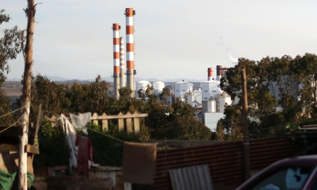 Vista da chaminé da fundição de cobre da empresa Codelco, em Puchuncaví, em Valparaíso Foto: PABLO VERA / AFP