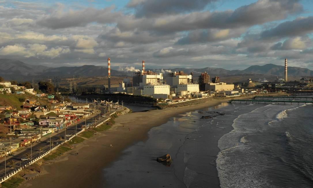 O parque industrial divide a baía em dois. De um lado, o imponente oceano Pacífico; do outro, gigantescas chaminés junto a enormes tanques de químicos e combustíveis Foto: PABLO COZZAGLIO / AFP