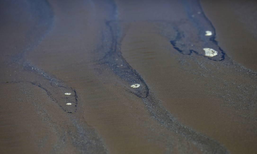 Manchas negras na areia da praia de Las Ventanas Foto: PABLO VERA / AFP