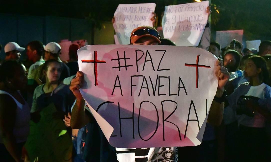 Manifestantes moradores de Paraisópolis fazem protesto em torno do Palácio dos Bandeirantes Foto: Eduardo Carmim / Photo Premium