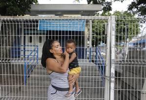 Erica saiu de Santa Cruz com o filho febril: e deu de cara com a UPA Madureira fechada Foto: Domingos Peixoto / Agência O GLOBO