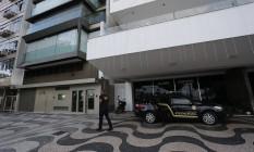 Agentes da Polícia Federal em imóvel do perito Charles Fonseca William, acusado de superfaturar laudos para Fetranspor Foto: Pablo Jacob / Agência O Globo