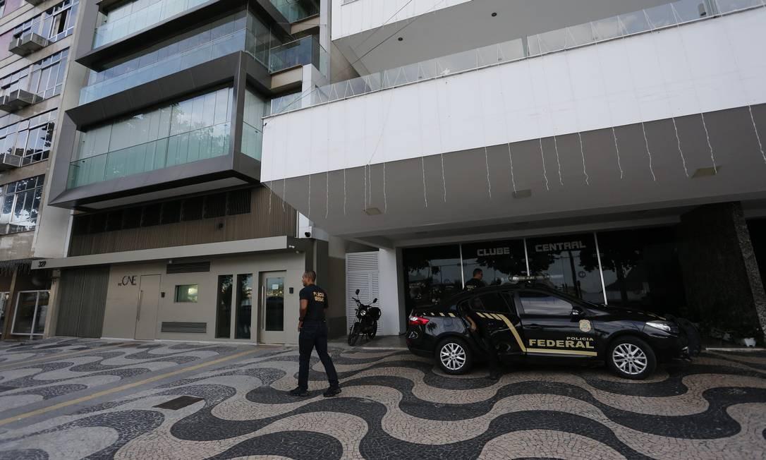Agentes da Polícia Federal em imóvel do perito Charles Fonseca William, acusado de superfaturar laudos para Fetranspor Foto: Pablo Jacob / Pablo Jacob
