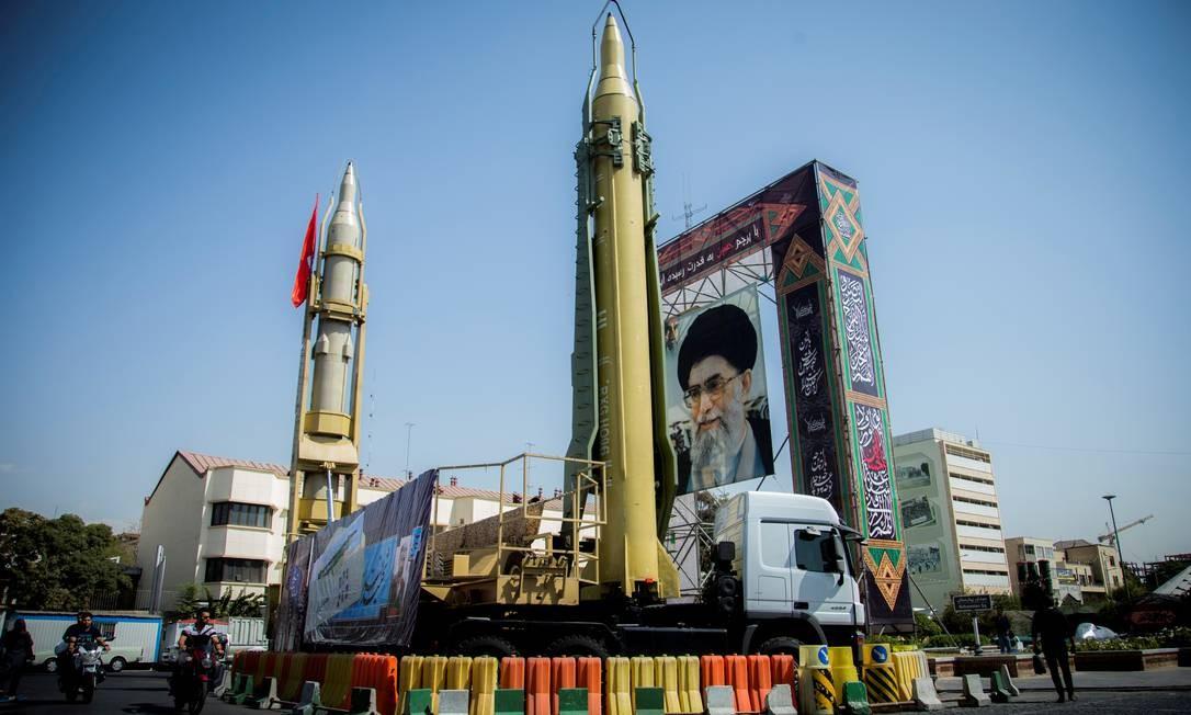 Mísseis iranianos apresentados em uma praça de Teerã, ao lado de uma foto do líder supremo, aiatolá Ali Khamenei. Segundo o chefe das Forças Armadas, país é autossuficiente no setor de defesa Foto: Reuters Photographer / REUTERS