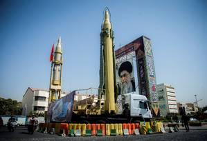 Míssil iraniano apresentado em uma praça de Teerã, ao lado de uma foto do líder supremo, aiatolá Ali Khamenei. Segundo o chefe das Forças Armadas, país é autossuficiente no setor de defesa Foto: Reuters Photographer / REUTERS