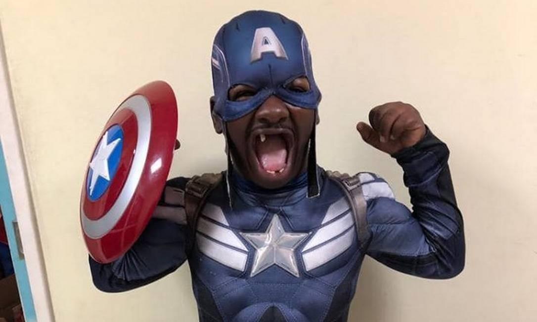 Carisma de Bunitinho o deixava inconfundível, mesmo fantasiado de Capitão América Foto: Reprodução/Facebook