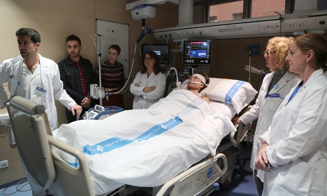 Médicos espanhóis simulam o procedimento que salvou a vida de britância, após seis horas em parada cardíaca Foto: Hospital Vall d'Hebron / Reprodução Twitter