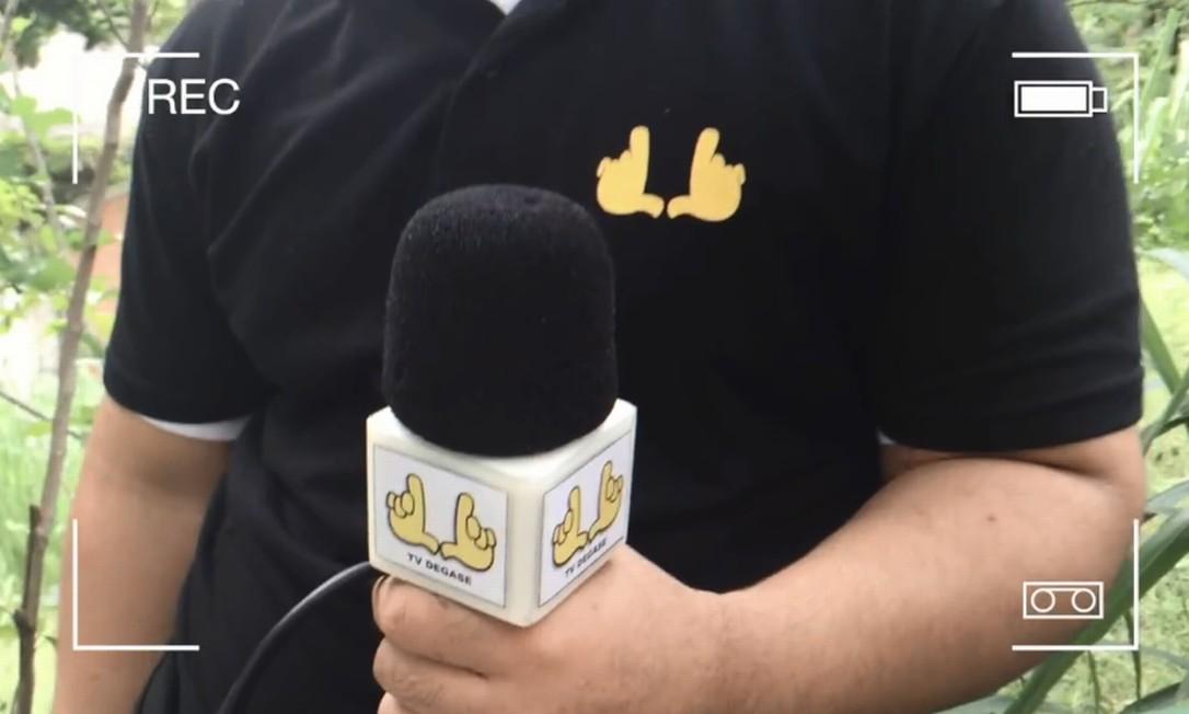 TV Degase: de acordo com criador, símbolo do projeto faz uma referência ao gesto de enquadramento de câmera, que, antes do curso, poderia representar sinal de armas para muitos dos meninos Foto: TV Degase / Reprodução