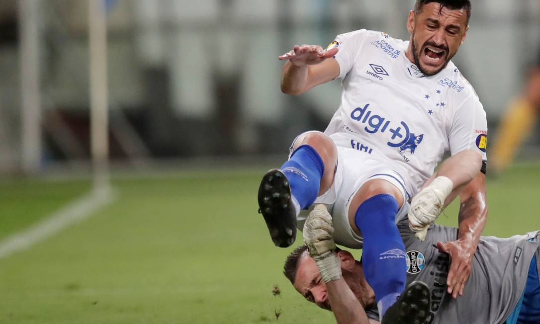 Goleiro Paulo Victor derruba Robinho, do Cruzeiro, que deixa o campo machucado no confronto com o Grêmio Foto: UESLEI MARCELINO/REUTERS