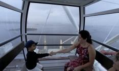 Carolina e o filho Lucas passeiam na roda-gigante do Rio Foto: Custódio Coimbra / Agência O Globo